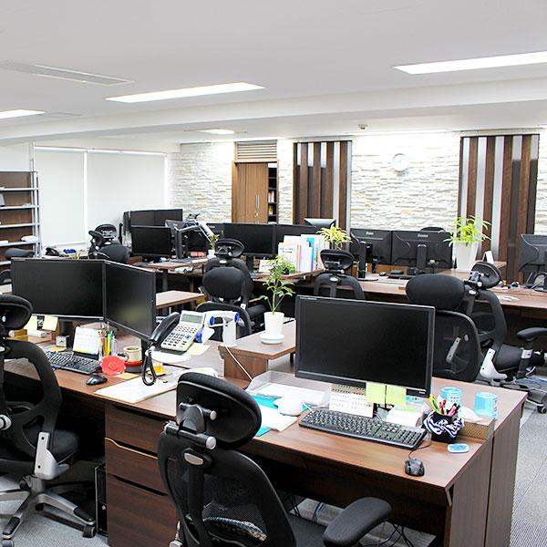 7階にもオフィスがあります。こちらにはWEBコンサルティング事業部と開発室のメンバーが働いています。