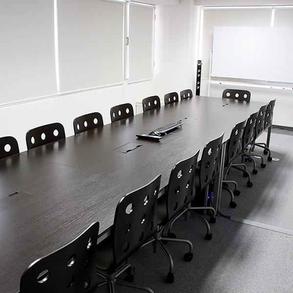 7階の大会議室です。事業部ごとのミーティングや講義等に使用しています。