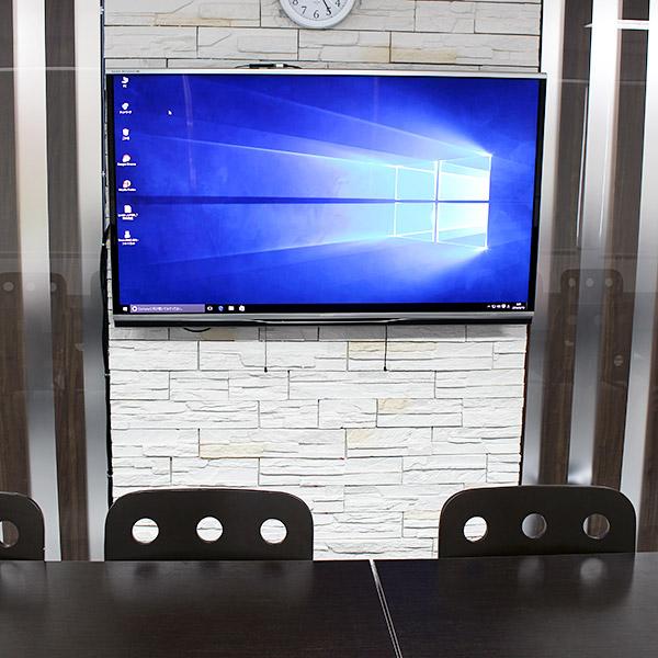 壁にはドーンッと大きなテレビ。この画面でPC画面を見ながら打ち合わせます。