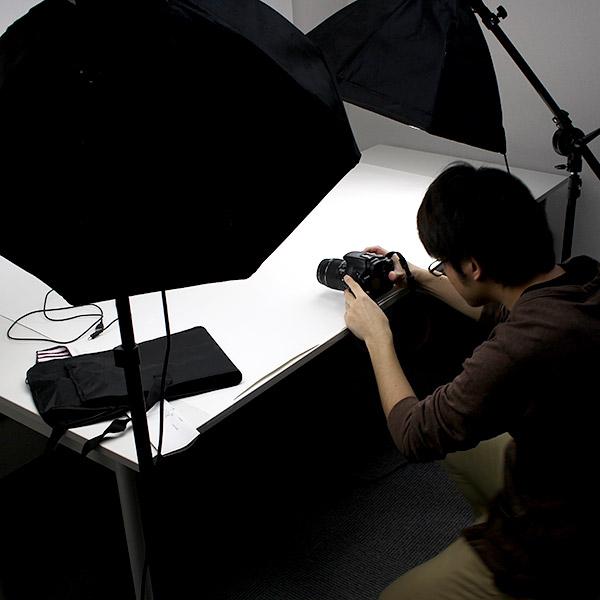 撮影室ではこのような形で写真を撮影。色々な物撮りに使用されます。