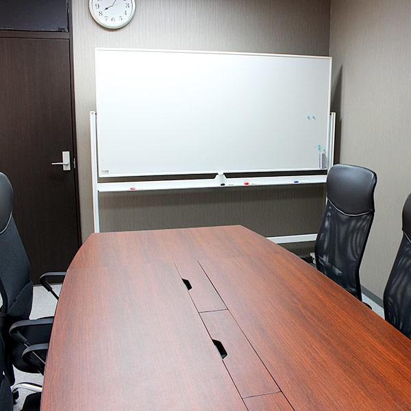 6階の小会議室。7階よりは小さい会議室ですが8人までの打ち合わせに対応できます。