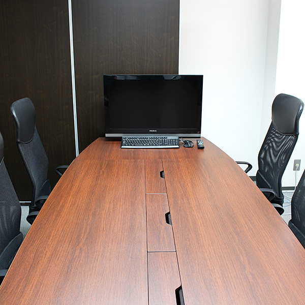 6階会議室にももちろんPCが用意されています。こちらも7階よりは小さ目。