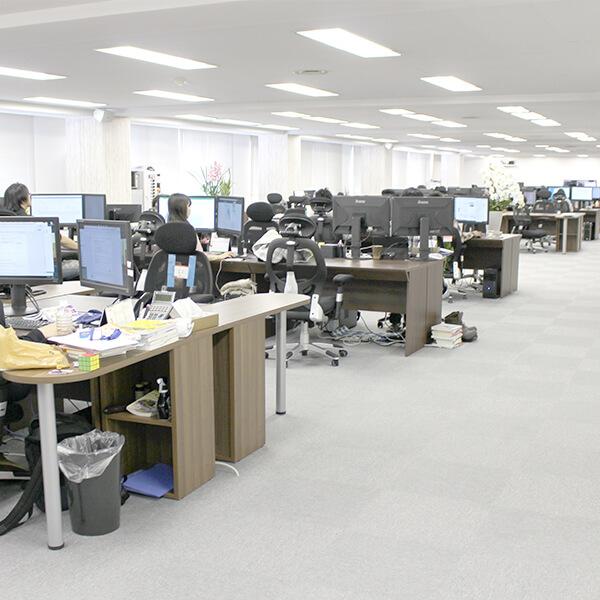中は広々としたオフィスになっています。事業部も増え、どんどん業務拡大中!