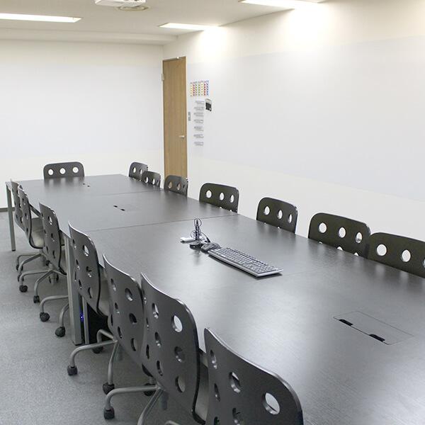 会議室だってご覧の広さ!このお部屋の他にも更に5つの会議室があります!
