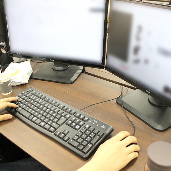 マルチタスクをこなすため、ディスプレイを最大3枚使っている社員も。