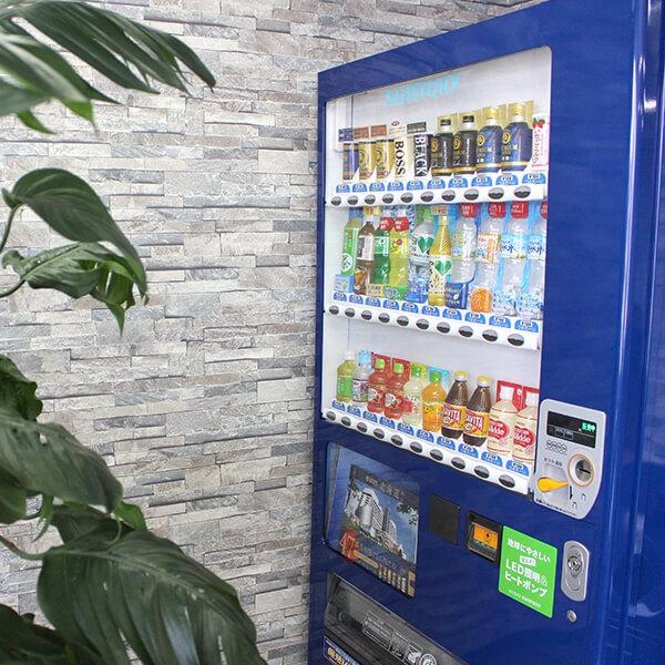 ドリンクバーに飲みたいものがなければ、自動販売機も設置しているのでご安心を♪